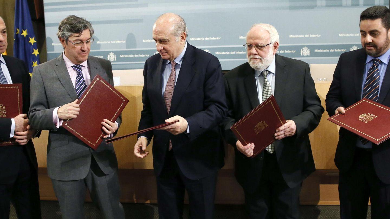 Tatary, segundo por la derecha, ha mantenido unas relaciones normalizadas con todas las instituciones. (EFE)