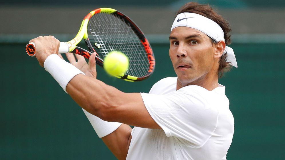 Foto: Rafa Nadal golpea una bola en Wimbledon. (Reuters)