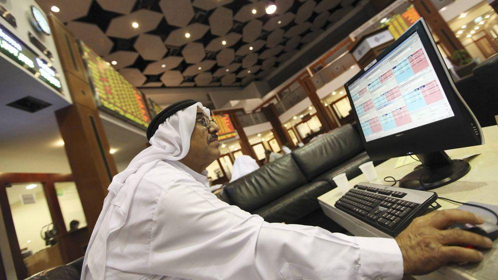 Foto: Un hombre consulta los últimos datos sobre el mercado del petróleo. (EFE)