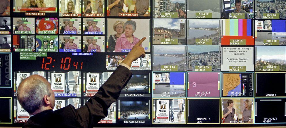 Foto: Un empleado del centro de control de emisiones de la Torre de Comunicaciones de Collserola. (EFE)