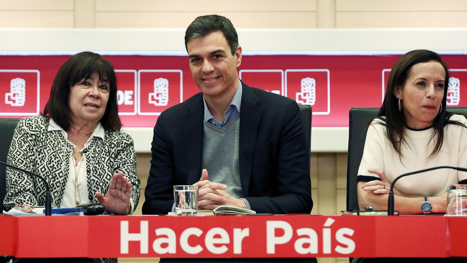Foto: Cristina Narbona, Pedro Sánchez y Beatriz Corredor. (EFE)