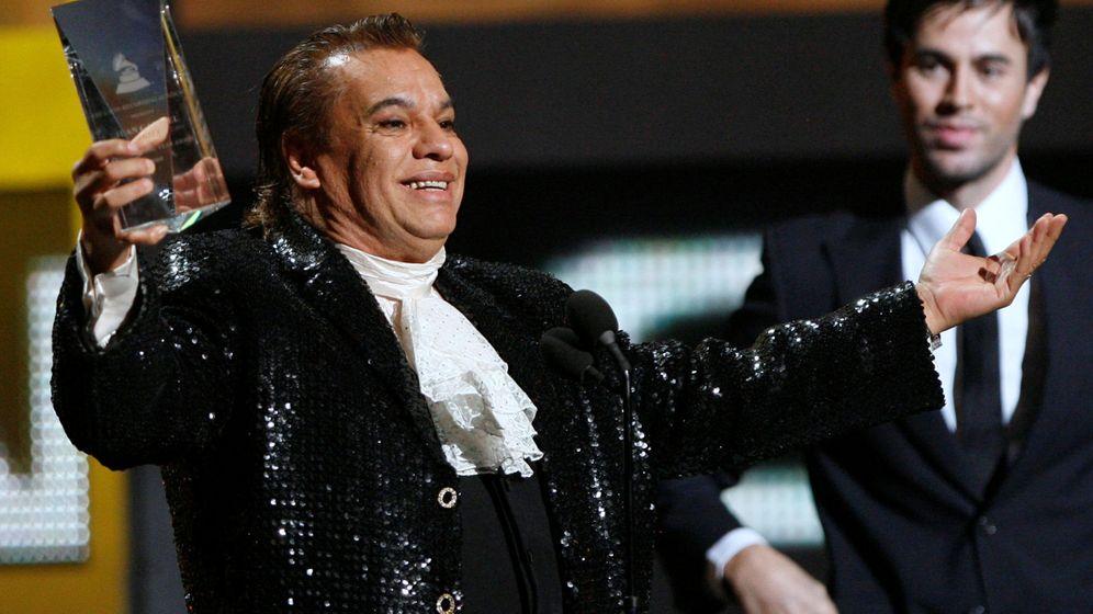 Foto: Juan Gabriel recibe un Grammy Latino ante la mirada de Enrique Iglesias. (Reuters)