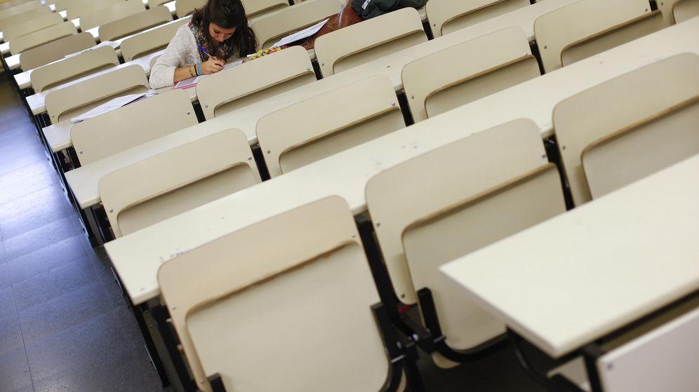 Foto: Una estudiante de Erasmus repasa sus apuntes en una clase vacía durante la huelga de 2012. (Reuters/Susana Vera)