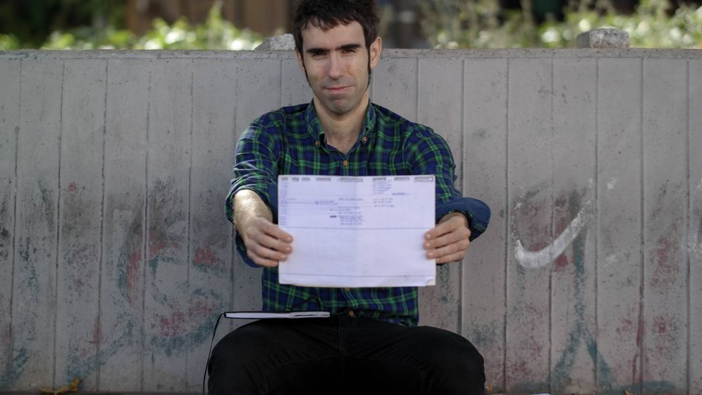 Foto: Fernando Serranía, con algunos de los documentos obtenidos. (Michael McLoughlin)