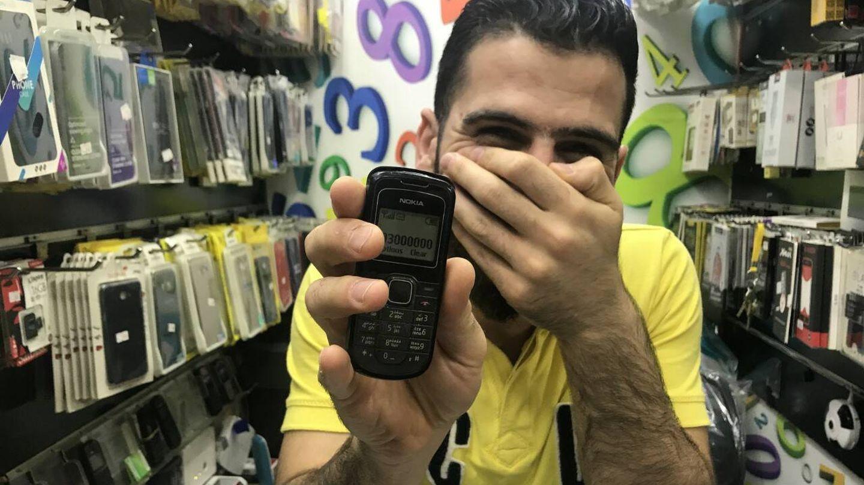 Vendedor beirutí muestra uno de los teléfonos más caros. (J.B.)