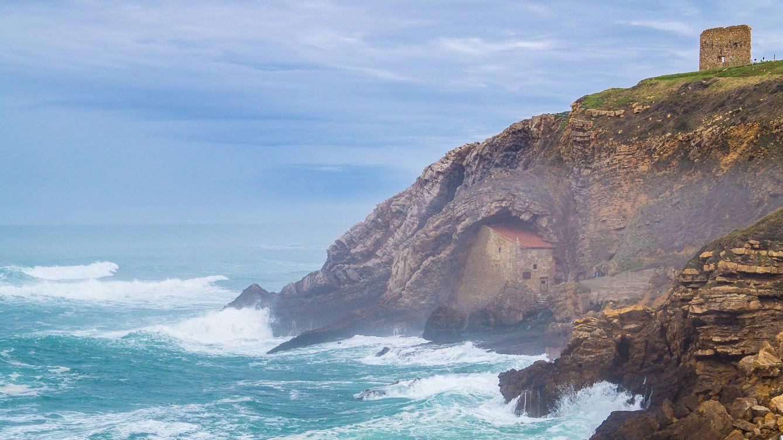 La increíble atalaya medieval que mira al mar Cantábrico, pero que se está derrumbando