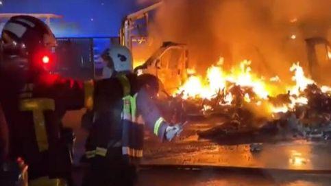 Un incendio en un parking calcina diez caravanas en Alcalá de Henares