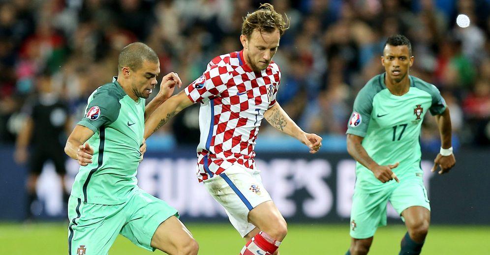 Foto: Rakitic en acción durante el partido en el que Croacia cayó ante Portugal (EFE)