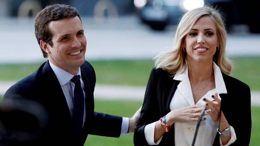Foto: Pablo Casado e Isabel Torres, a su llegada al debate de RTVE. (Reuters)