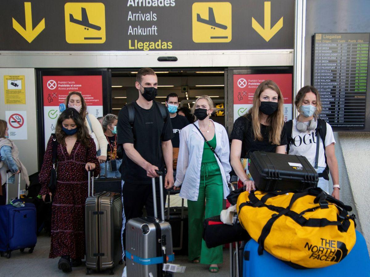 Foto: Viajeros llegando al aeropuerto de Palma. (EFE)