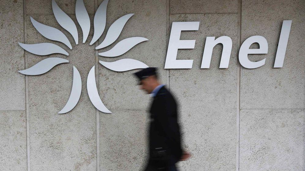 Foto: Un vigilante de seguridad pasa por delante del logotipo de Enel. (Reuters)