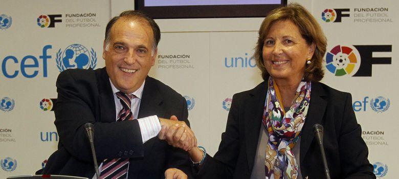 Foto: Javier Tebas y Consuelo Crespo durante el acuerdo.