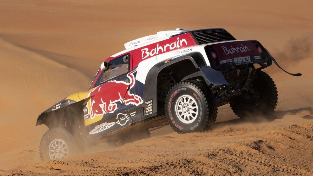 Foto: Carlos Sainz saltando una duna. (EFE)