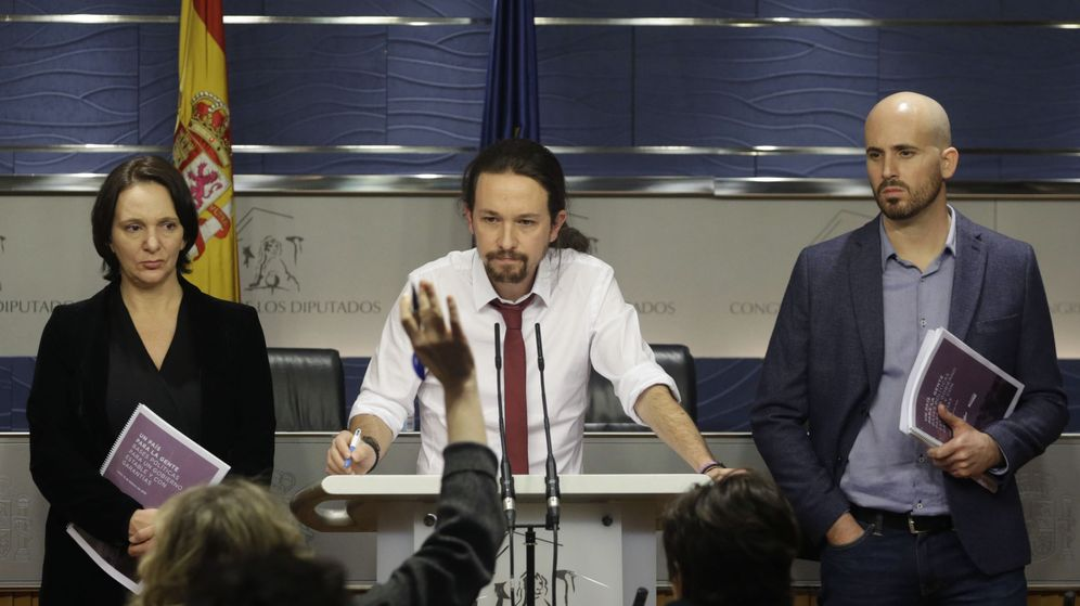 Foto: El secretario general de Podemos, Pablo Iglesias, acompañado por el portavoz económico del partido, Nacho Álvarez (d), y la diputada Carolina Bescansa. (EFE)