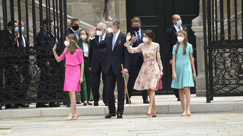 Los reyes y sus hijas se despiden de los presentes mientras se dirigen al coche. (Limited Pictures)