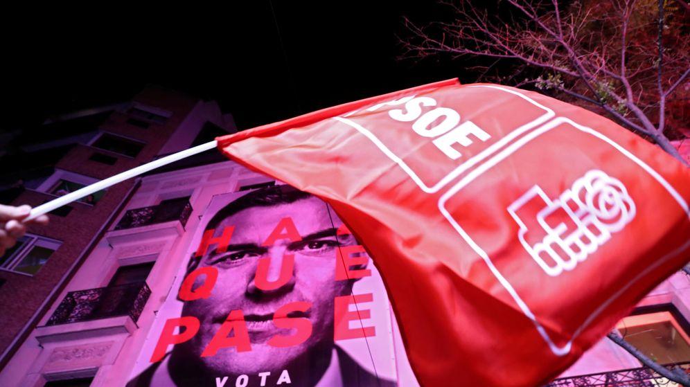 Foto: Un cartel en apoyo a Pedro Sánchez tras su victoria en las elecciones generales 2019. (Reuters)