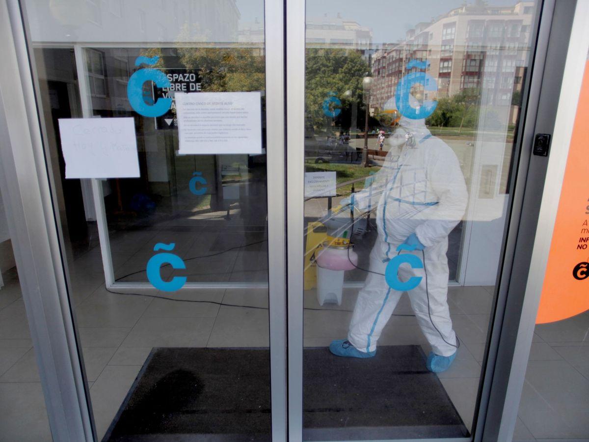 Foto: Un equipo de limpieza desinfecta el centro cívico municipal de Monte Alto, en A Coruña. (EFE)