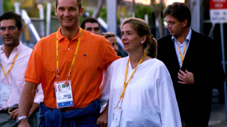 En un segundo plano, detrás de la infanta Cristina e Iñaki Urdangarin. (Gtres)