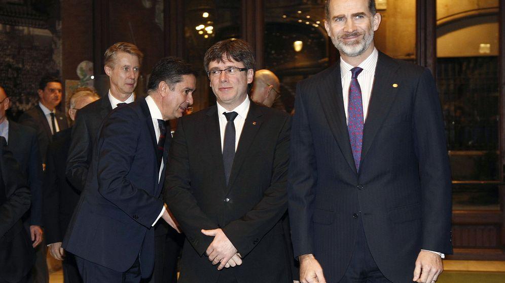 Foto: Felipe VI, junto al presidente de la Generalitat, Carles Puigdemont (c), a su llegada a la cena de bienvenida a los asistentes al Mobile World Congress (MWC). (EFE)