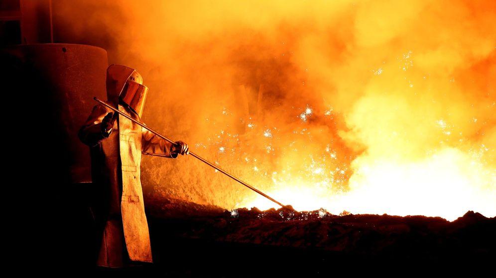 Foto: Un trabajador del acero, durante sus labores en una fundición. (EFE)