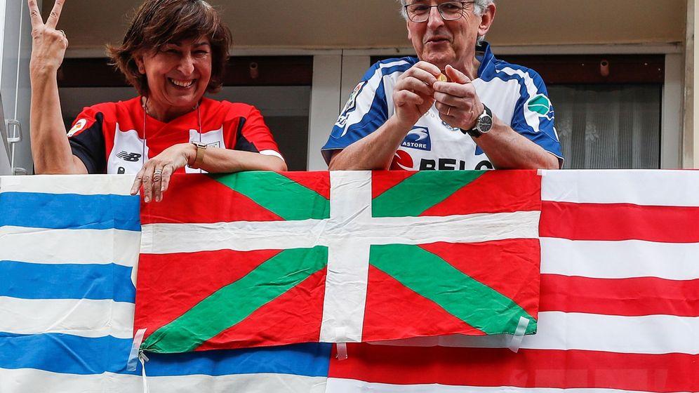 Foto: La aplazada final de Copa entre Athletic y Real se 'jugó' en los balcones. (EFE)