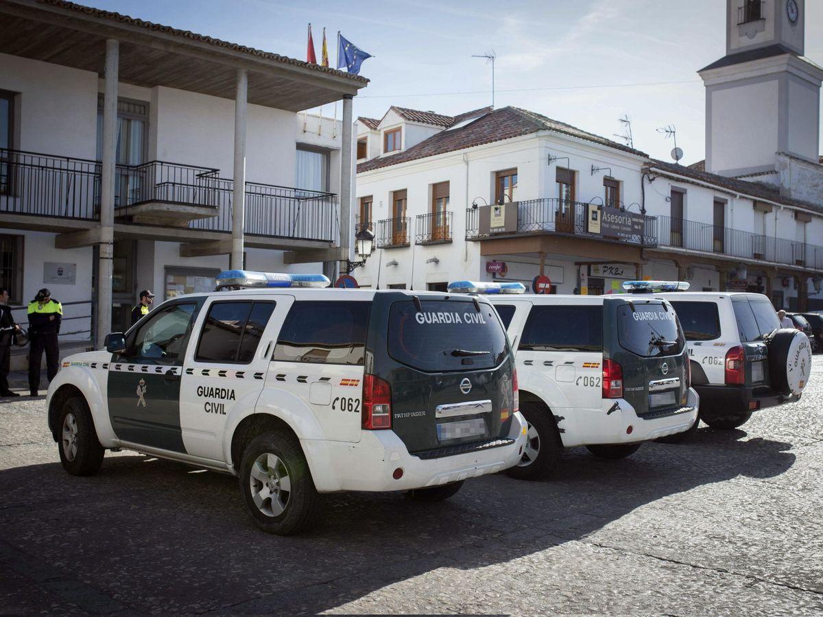 Foto: Agentes de la Policia Local permanecen a las puertas del Ayuntamiento de Valdemoro. (EFE)