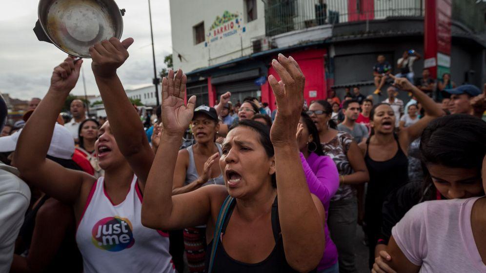 Foto: Un grupo de personas protesta por la escasez de comida en Catia, Caracas, el 14 de junio de 2016 (EFE)