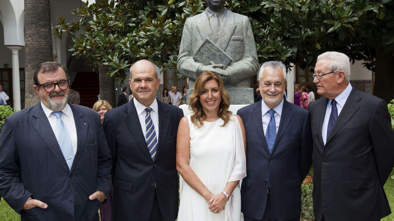 Susana Díaz (c) y los expresidentes andaluces José Rodríguez de la Borbolla (i), Manuel Chaves (2i), José Antonio Griñán (2d) y Rafael Escuredo (d), tras su toma de posesión. (EFE)