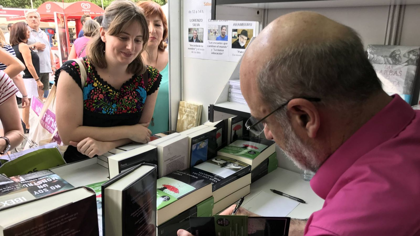 Foto: Fernando Aramburu firmando en la Feria del Libro de Madrid (P.C.)