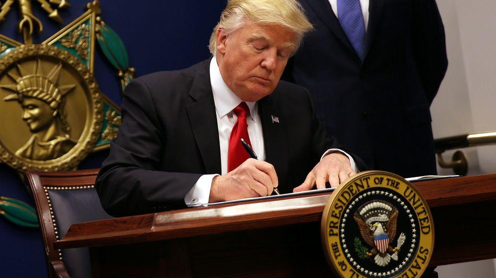 Foto: El presidente de Estados Unidos, Donald Trump, firma una orden ejecutiva en el Pentágono. (Reuters)