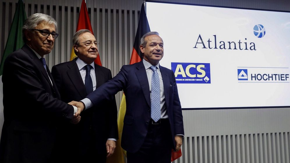Foto: El presidente de ACS, Florentino Pérez (c); el consejero delegado de Atlantia, Giovanni Castelluci (i), y el presidente de Hochtief, Marcelino Fernández Verdes. (EFE)