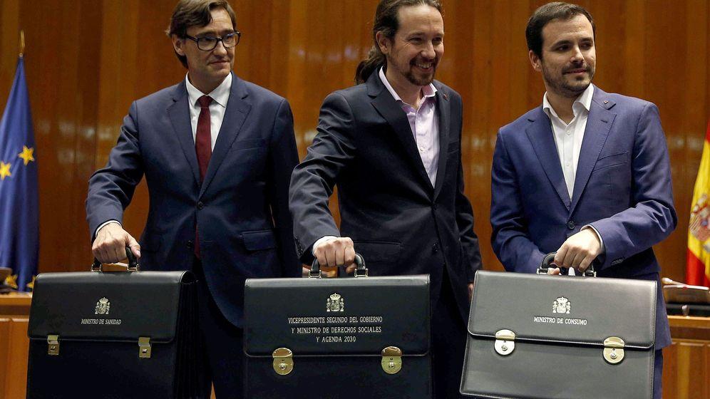 Foto: El vicepresidente Pablo Iglesias (c), el ministro de Consumo, Alberto Garzón (d), y el ministro de Sanidad, Salvador Illa (i), durante la toma de posesión en la sede del Ministerio de Sanidad. (EFE)