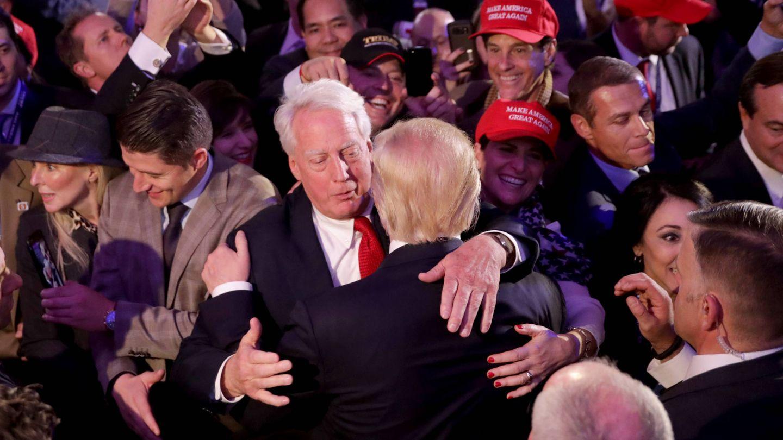 El abrazo de Robert y Donald. (Getty)