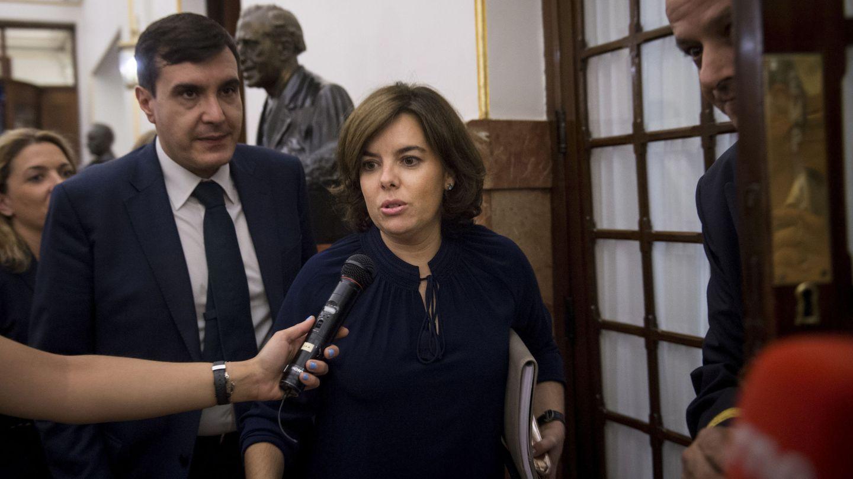 Sáenz de Santamaría y el exsecretario de Estado de Relaciones con las Cortes José Luis Ayllón. (EFE)