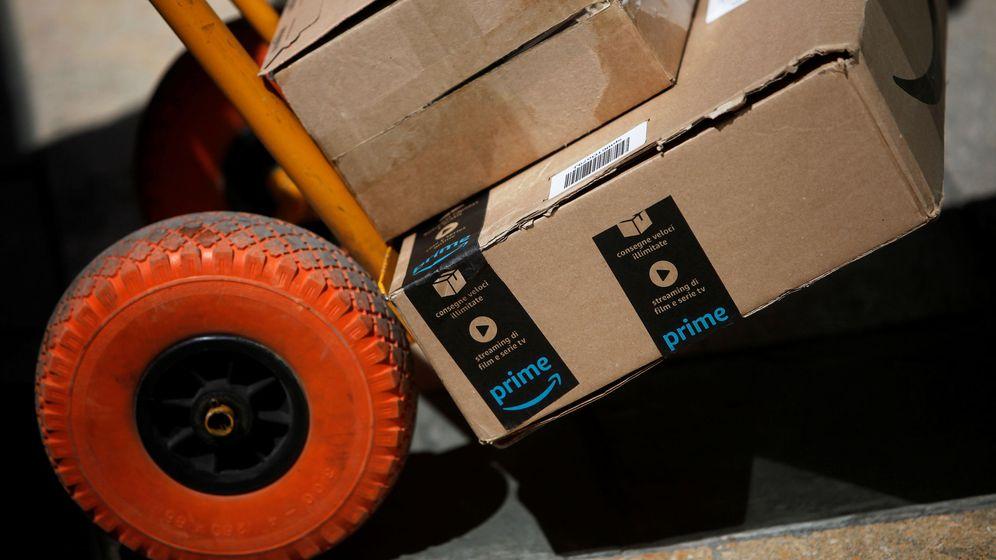 Foto: Un repartidor de Amazon entrega varios paquetes | Reuters