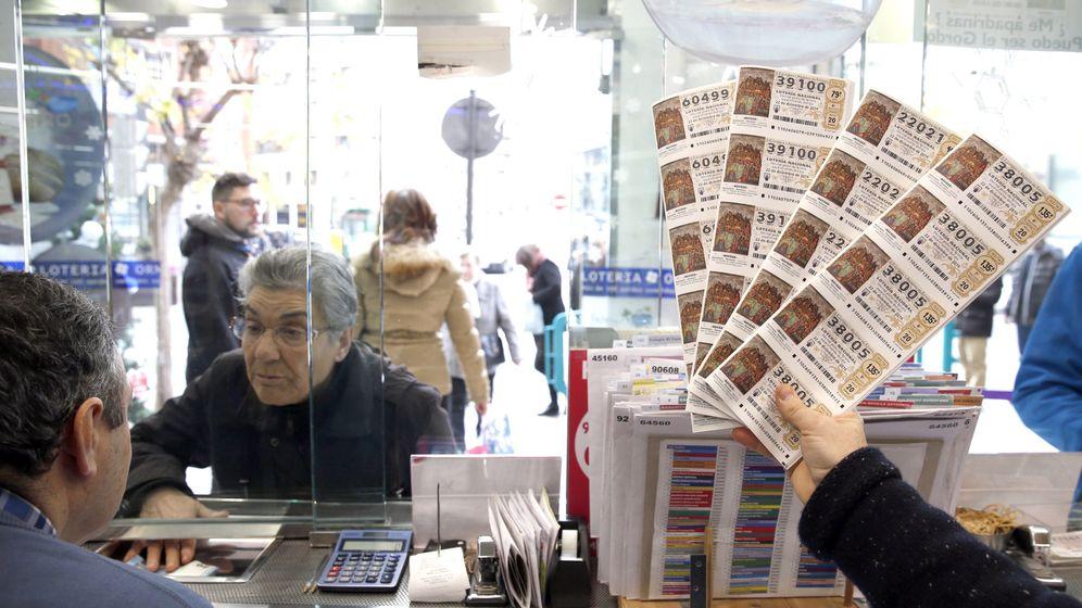 Foto: Una persona compra un décimo en una administración de lotería en Bilbao. (EFE)
