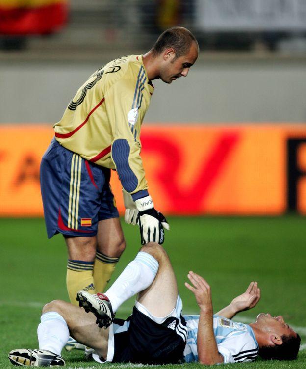 Foto: Maxi Rodríguez, lesionado de la rodilla, es consolado por Reina. (Cordon Press)