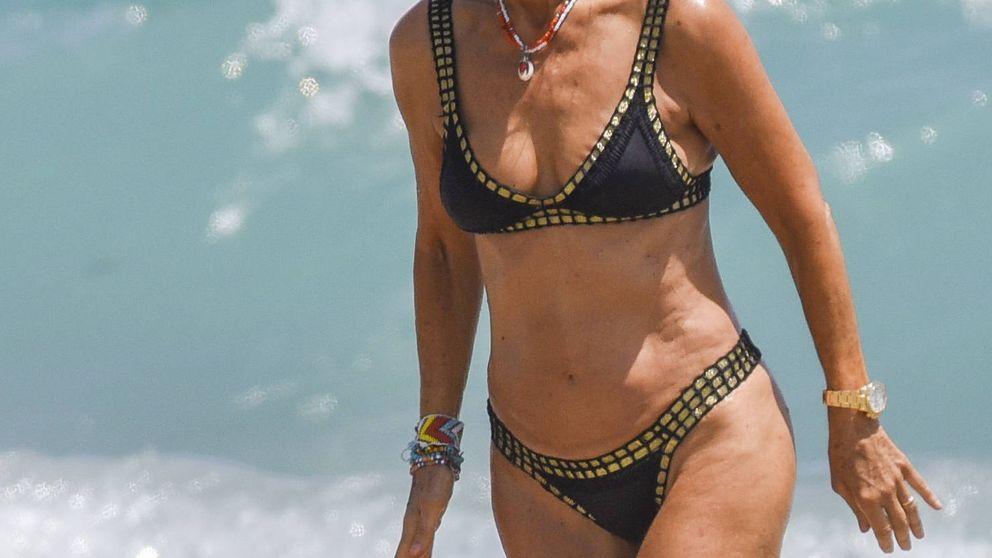 Carmen Lomana luce tipazo en las playas de Marbella