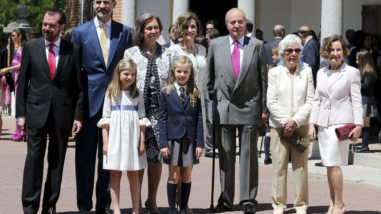 La familia real, junto a la abuela y los padres de Letizia durante la comunión de la Princesa de Asturias. (EFE)