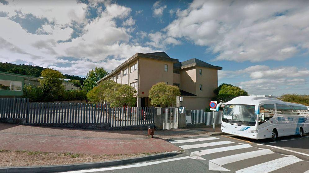 Foto: El colegio coruñés Luis Seoane, en Oleiros, con los autobuses escolares a la puerta (Google Maps)