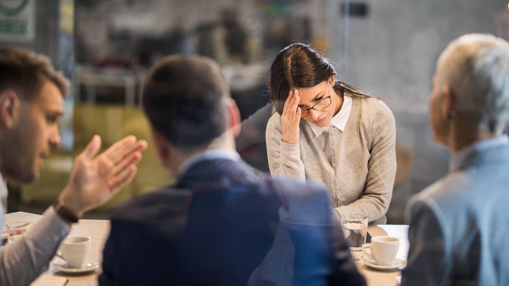 Foto: Una candidata a un empleo, decepcionada en una entrevista de trabajo. (iStock)