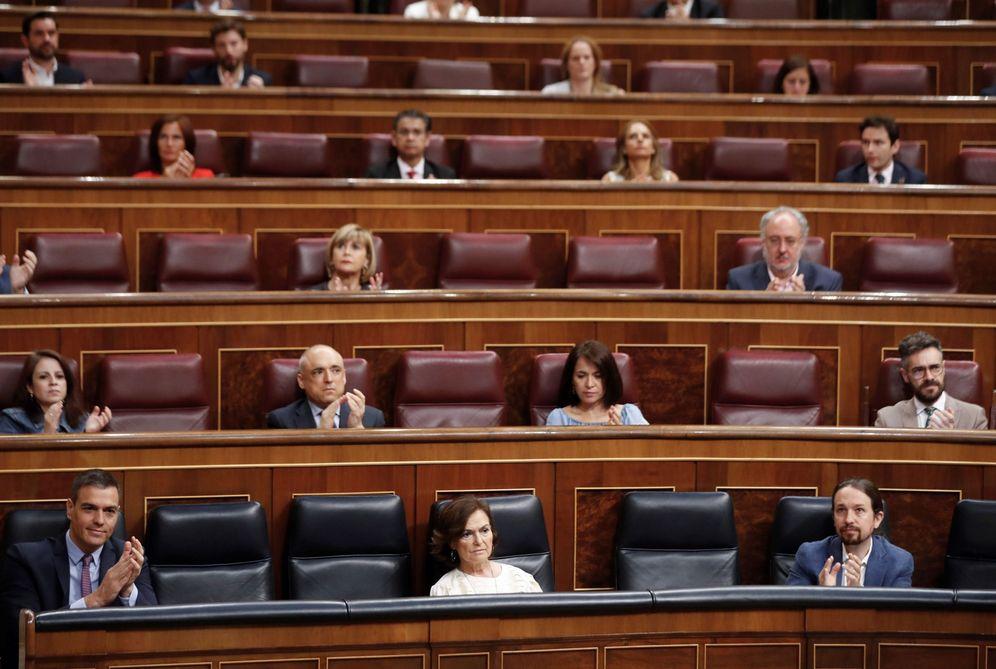Foto: Pedro Sánchez, con sus dos primeros vicepresidentes, Carmen Calvo y Pablo Iglesias, el pasado 24 de junio en el Congreso. (EFE)