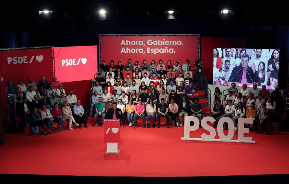 Foto: Pedro Sánchez, durante su mitin este domingo en el teatro Buero Vallejo de Alcorcón. Al fondo, las ministras Reyes Maroto y Teresa Ribera. (EFE)