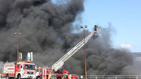 La Xunta activa el plan de emergencias para extinguir el incendio en la conservera Jealsa