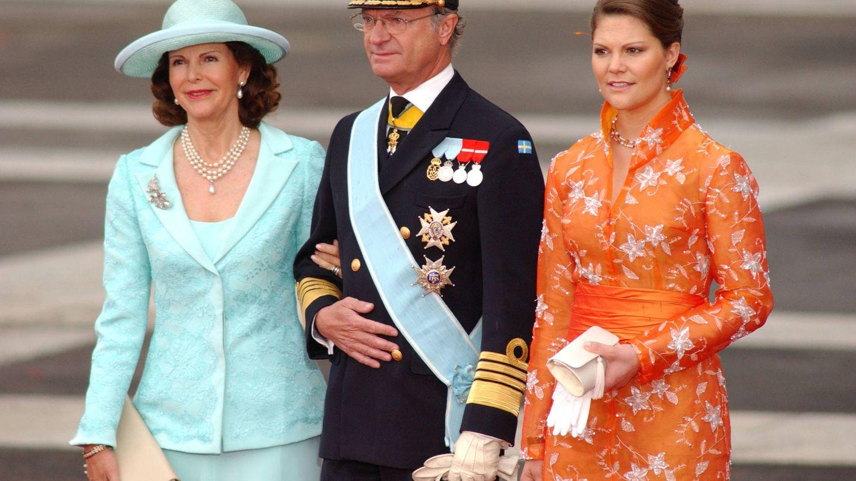 Carlos Gustavo de Suecia, junto a la reina Silvia y la princesa Victoria. (Getty)