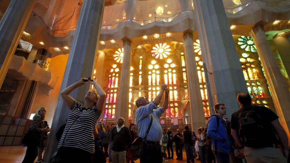Foto: Turistas hacen fotos en el interior de la Sagrada Familia. (Reuters)