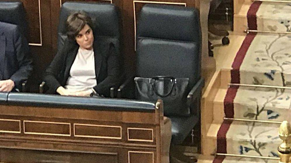 Foto: Soraya y su bolso de Loewe durante la sesión de tarde de la moción de censura.