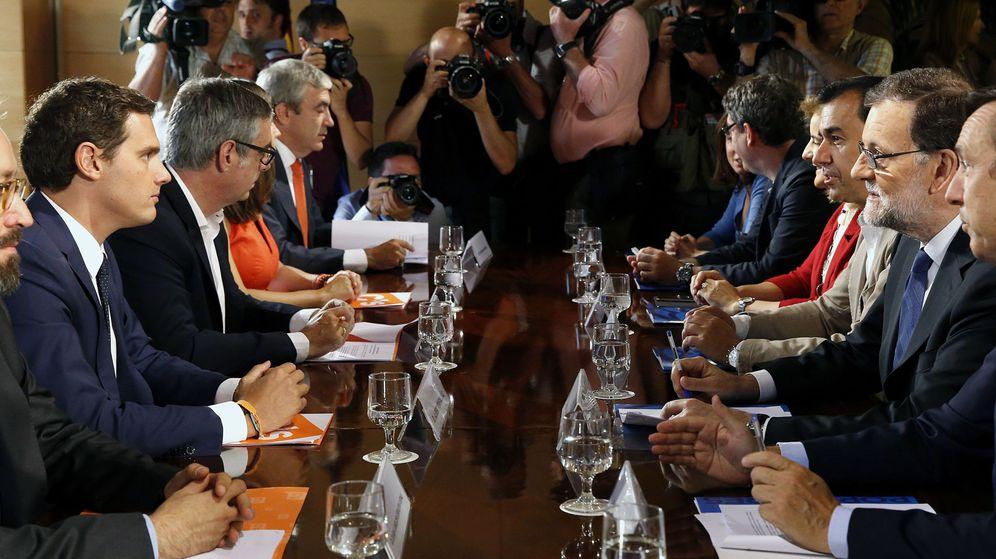 Foto: Los equipos negociadores de PP y C's, frente a frente. (EFE)