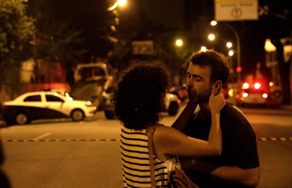 Foto: Dos personas reaccionan en la escena del asesinato de la concejala Marielle Franco en Río de Janeiro. (Reuters)