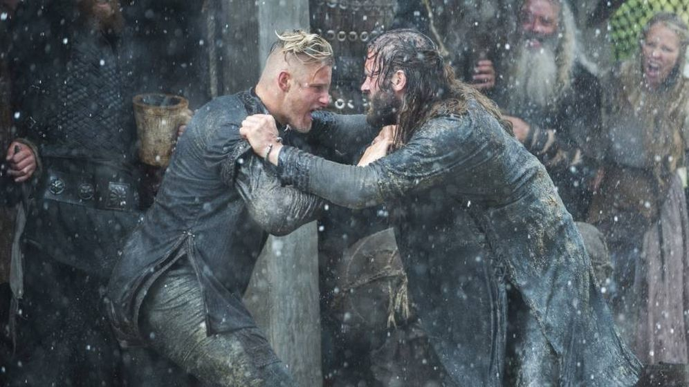 Foto: Bjorn y Rollo luchando en 'Vikingos'. (History Channel).
